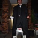 ビジネススーツにロングコートで瓦割りすれば、マトリックスのような写真も撮れます。