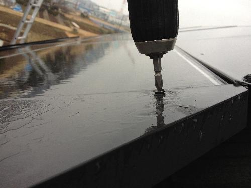 ソーラーのカバーが飛散することもあります。雨が降っていましたが急いで点検と修理に伺いました。