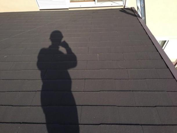 台風でお隣に直撃してしまった飛んだ屋根材。ある日数百万円の修理費がのしかかる