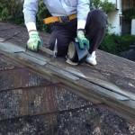 築30年。強風でコロニアルの棟板金が飛んでしまった家の屋根の応急修理に伺いました。