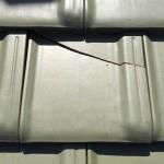 最近の防災瓦の割れ修理は、専門家以外の人には難しくなっています。屋根修理事例まとめ【平板瓦】鶴弥スーパートライ110タイプ1