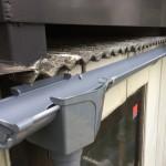 【雨どい一部交換】たて樋の金具を取り付けるために鉄骨の柱にビスで下穴を開けたら、「シャーー!」と水が出てきました!!