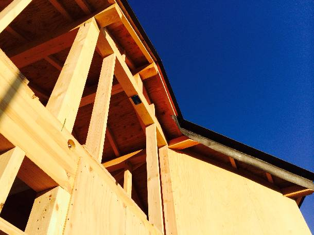 手がかかります、斜め屋根の野地先キャップ付け