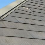 【割れ修理】カラーベストコロニアルの割れを発見、しかしこの屋根勾配で修理ができるのか?