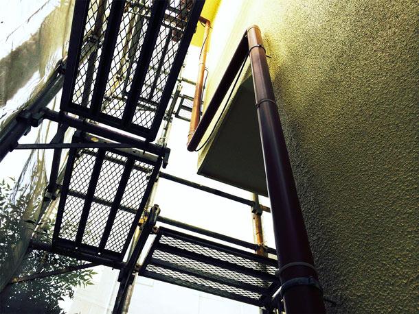 外壁塗装で外されます。竪樋(たてどい)の復旧工事。
