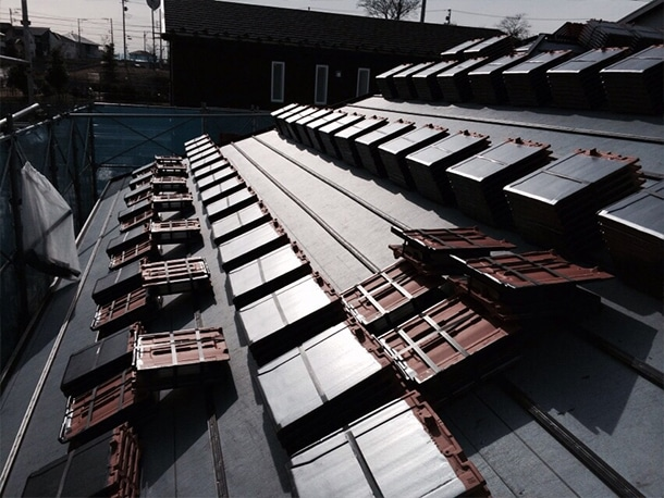 雪止め瓦ってご存知ですか?綾瀬市に平板瓦の屋根への荷揚げと工事に行ってきました!
