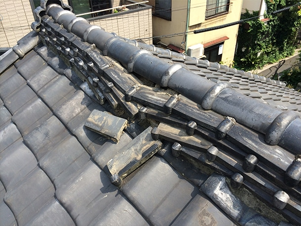 瓦の屋根の棟の崩れ・ズレ1