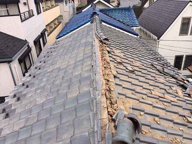 地震で瓦屋根が崩れた1