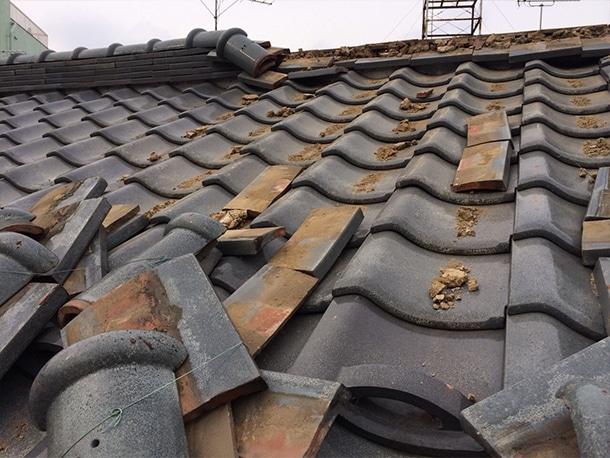 地震で瓦屋根が崩れた2