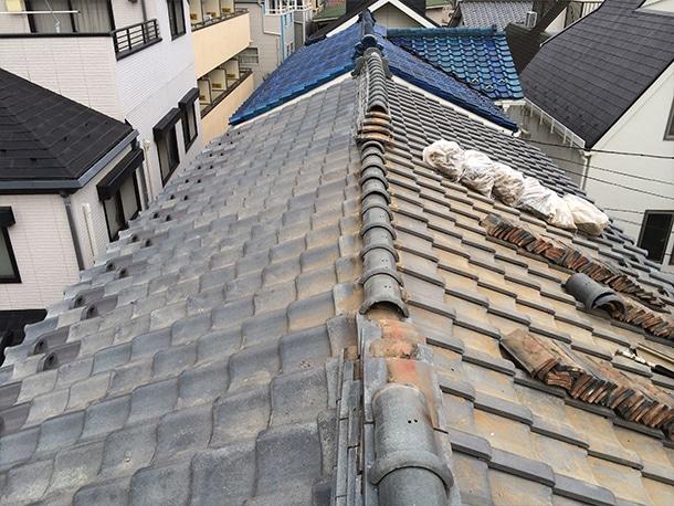 地震で崩れた瓦屋根を応急修理1