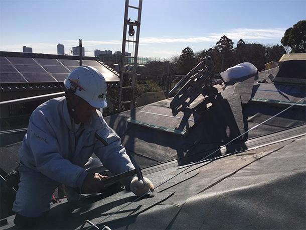 さいたま市桜区でスレート屋根の葺き替え工事で、谷廻りと棟コーナーの仕上げ工事をしています。