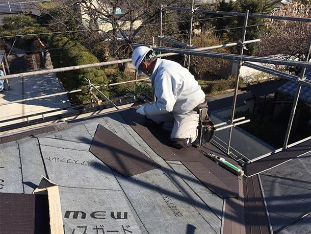さいたま市桜区、スレート屋根の葺き替え工事、谷廻りと棟コーナーの仕上げ工事2