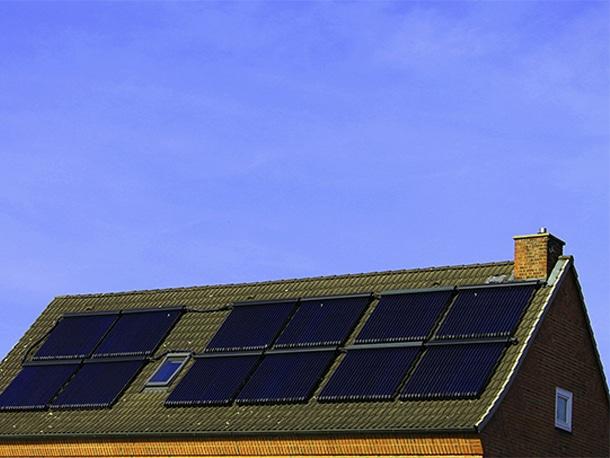 Q. 太陽光(ソーラー)パネルは屋根材?もし屋根材であるならば「一次防水層」としての防水機能はあるの?1