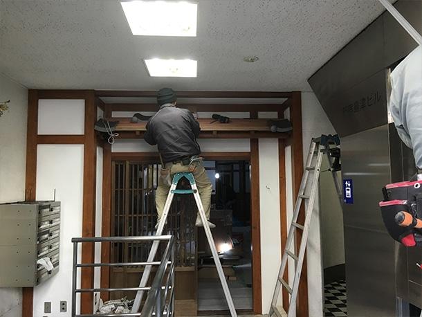 東京都渋谷区、飲食店の店先の看板屋根、いぶしの小瓦、和風仕上げ3