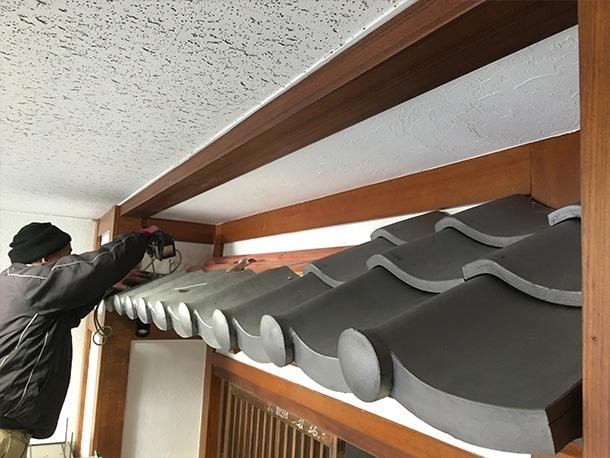 東京都渋谷区、飲食店の店先の看板屋根、いぶしの小瓦、和風仕上げ4