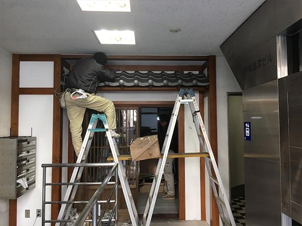 東京都渋谷区、飲食店の店先の看板屋根、いぶしの小瓦、和風仕上げ6