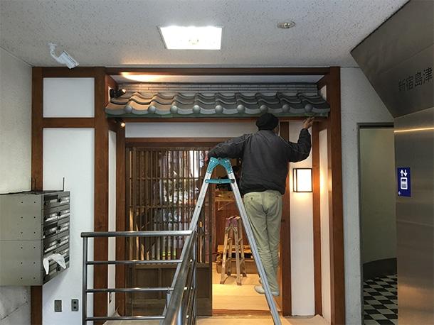 東京都渋谷区、飲食店の店先の看板屋根、いぶしの小瓦、和風仕上げ9