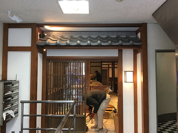 東京都渋谷区、飲食店の店先の看板屋根、いぶしの小瓦、和風仕上げ11