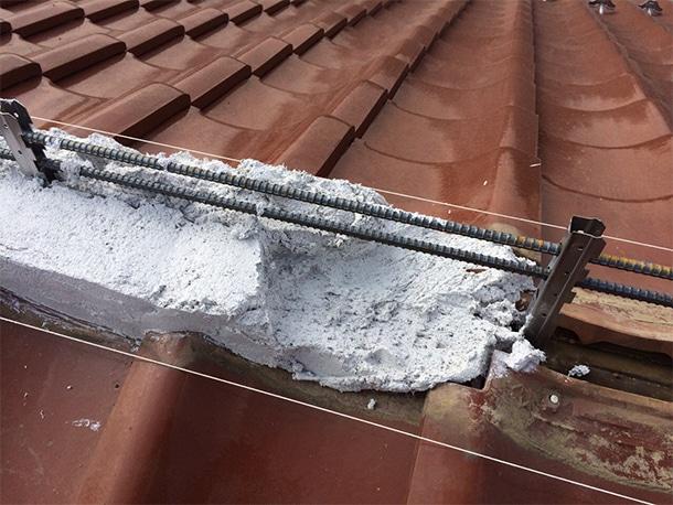 東京都杉並区、和型の釉薬瓦の屋根、棟の取り直し工事、鉄筋工法で棟瓦の土台を設置1