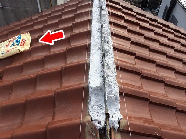 東京都杉並区、和型の釉薬瓦の屋根、棟の取り直し工事、鉄筋工法で棟瓦の土台を設置2