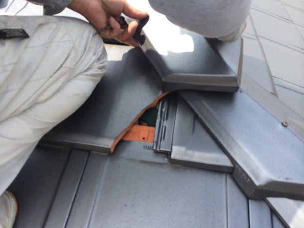 Q. 瓦が欠けて中の茶色の部分が目立つんだけど修理方法は?