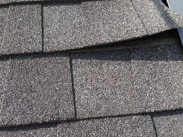 Q. シングル屋根で、風が吹くと屋根材がペラペラします。どう補修したらいいのでしょうか?