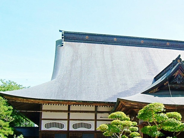 Q. なぜお寺とかには緑っぽい屋根材が使われているんでしょう?あれは何ですか?