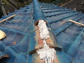 棟瓦のズレは積み直しが必要です。棟の取り直しを行い、地震に強い瓦屋根に【修理・メンテナンス】