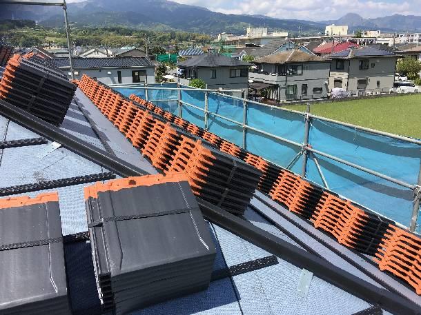 神奈川県小田原市で「丸栄ローマンLL40R」平板瓦の工事で瓦の荷揚げをしました。