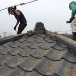 横浜市でセメント瓦の葺き替え工事。本日は撤去から清掃、下葺まで行います。