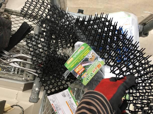 ムクドリの糞対策!東京都世田谷区で窓サッシ上の鳥除けネットを施工しました。