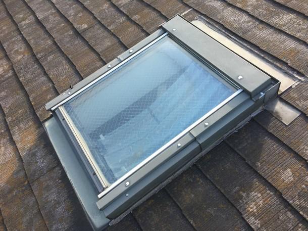 築20年なら天窓もスレート屋根もメンテナンスの時期。雨漏りの前に、天窓の交換とカラーベストコロニアル葺き替え工事を行いました。