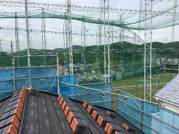 神奈川県横須賀市で「LLローマン40」平板洋瓦の工事で瓦の荷揚げをしました。