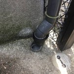 川崎市多摩区で外れた竪樋を補修しスッキリした見た目に仕上げました。