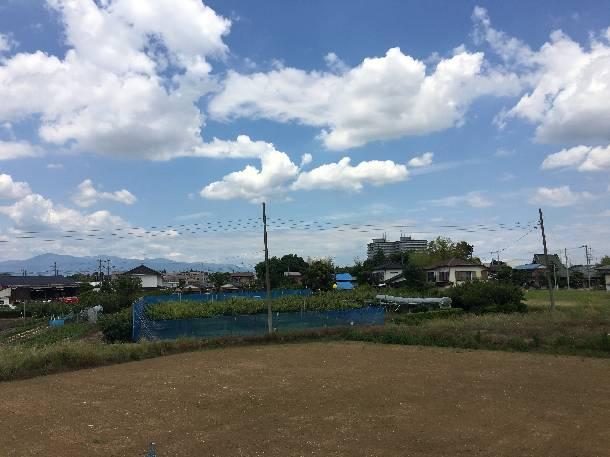 神奈川県藤沢市で「ローマンLL40」平板洋瓦の工事で瓦の荷揚げをしました。