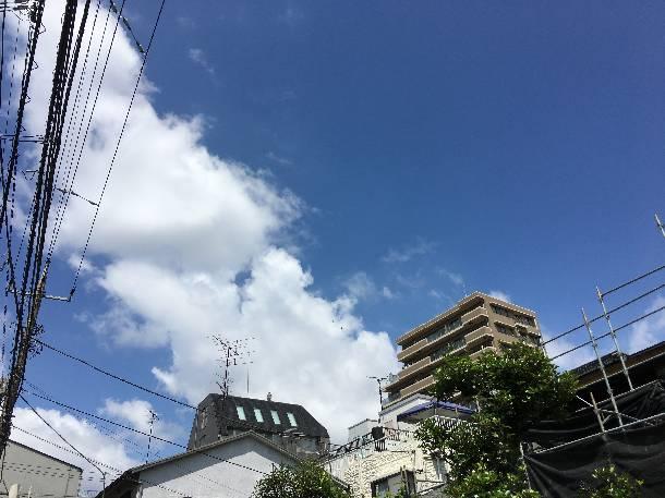 瓦の見た目の軽い屋根材「ROOGA雅」の現場でスペースを工夫し瓦の荷揚げをしました【東京都練馬区】
