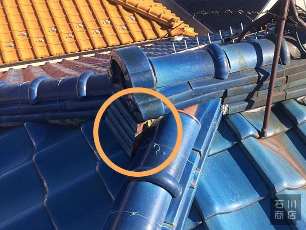 Q. 鬼瓦の下にある板状の瓦の脇が茶色く見えています。これは何かの不具合ですか?