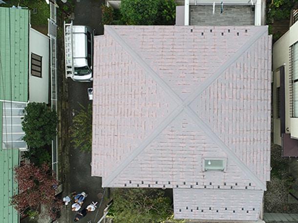 ご自宅の家の屋根のドローン空撮写真