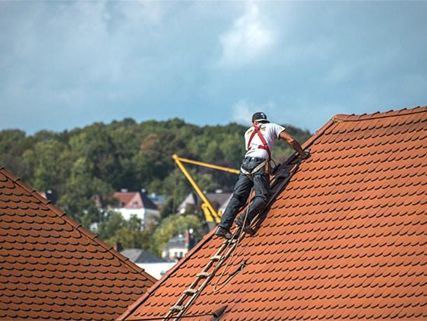 ドローンなら人が登らないから、屋根を傷めない