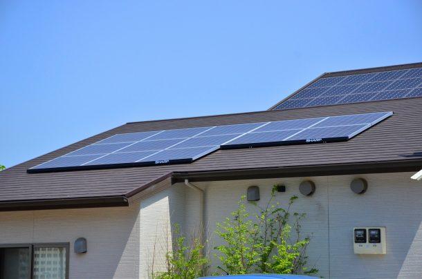 太陽光パネル設置のスレート屋根のひび割れ指摘でカバー工法、再塗装を勧められる