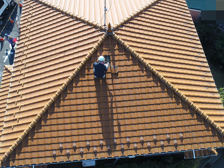 実際に屋根に上がってくわしく点検