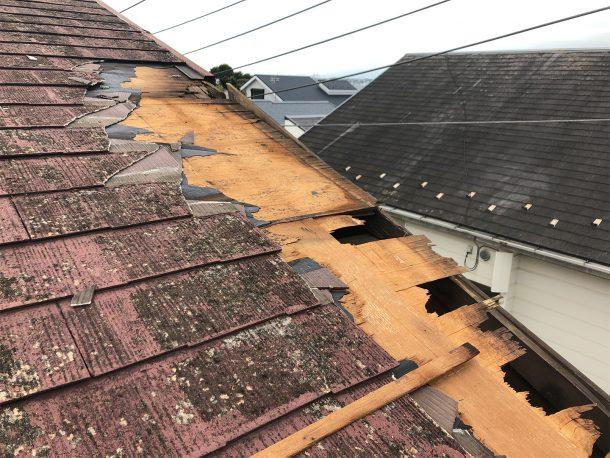 スレート屋根材が部分的に飛んだ事例①