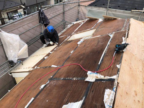 屋根の下地の補強を、葺き替え工事で