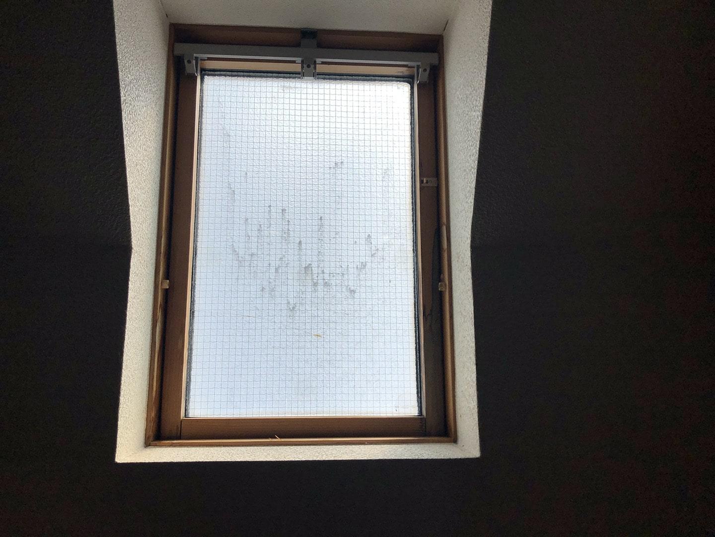 【東京都新宿区】トステム「 スカイライト 」のガラスパッキン劣化による天窓雨漏りの修理工事の事例1