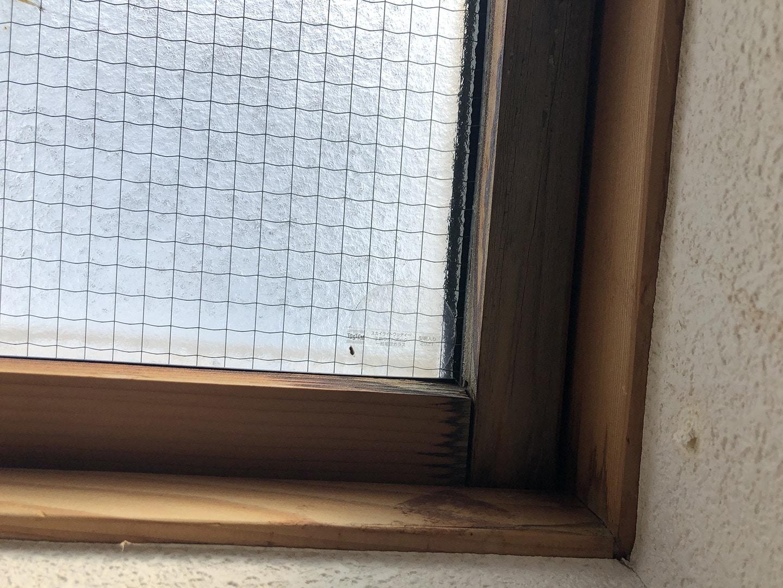 【東京都新宿区】トステム「 スカイライト 」のガラスパッキン劣化による天窓雨漏りの修理工事の事例2