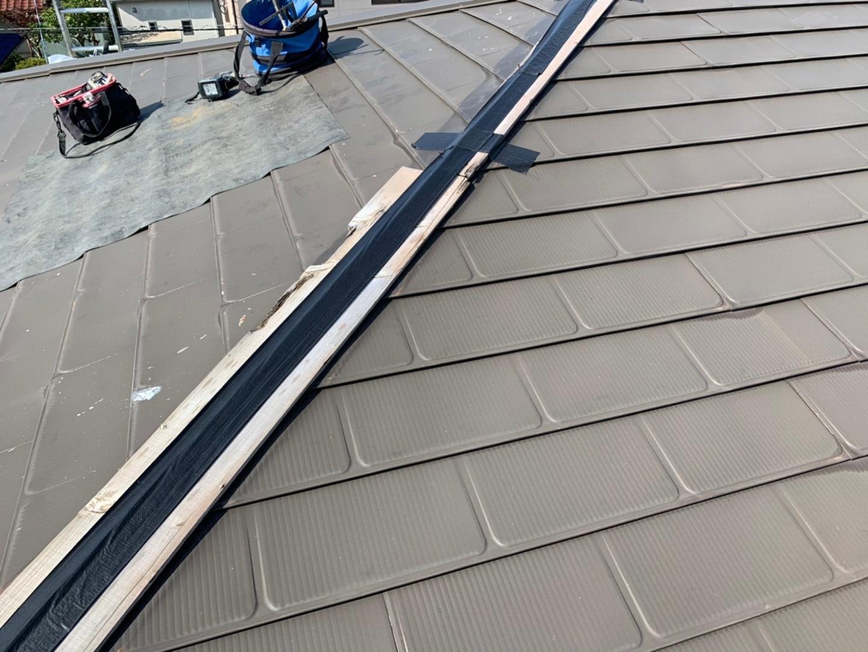 【千葉県市原市】台風で被災した金属屋根、棟板金の交換修理工事の事例3