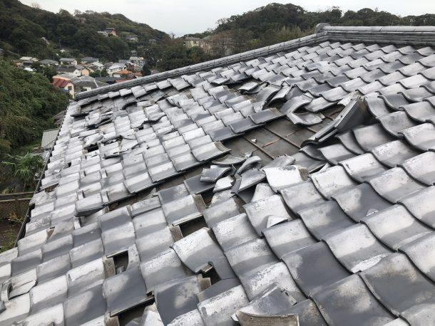 台風の被害に遭った屋根の写真