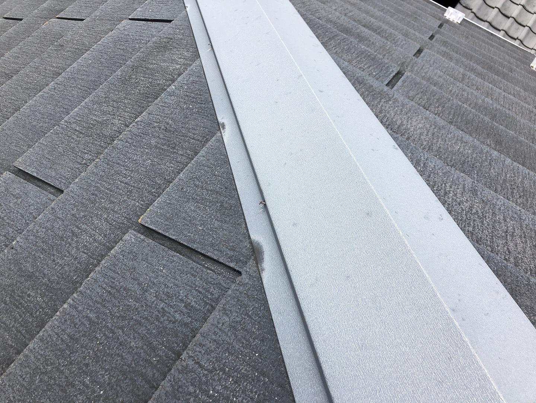 【東京都調布市】スレート屋根の棟板金の釘の増し打ち、ひび割れ補修工事の事例2