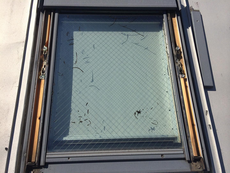 ベルックス天窓 ガラスシール工事 天窓のガラス部、外枠、パッキン撤去  古いガラスパッキン撤去