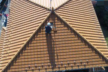 台風対策で屋根の補強をしている写真